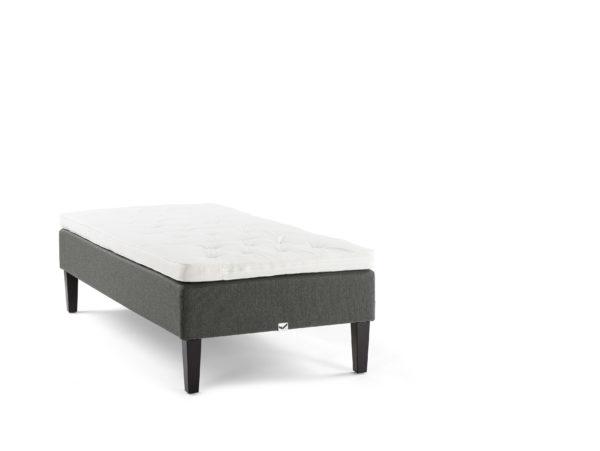 Bekväm säng från Viking. Sängen är en ramsäng vid namn Balder.