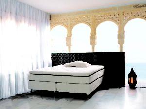 En kontinentalsäng / continentalsäng från Carpe Diem. Denna säng heter Kornö, är svanenmärkt och finns i olika hårdheter. Välj även mellan 3 olika bäddmadrasser.