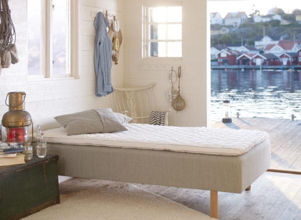 En svanenmärkt och svensktillverkad säng. Sängen Koster är från Carpe Diem. Denna säng går att få som mjuk, medium, fast och extra fast.