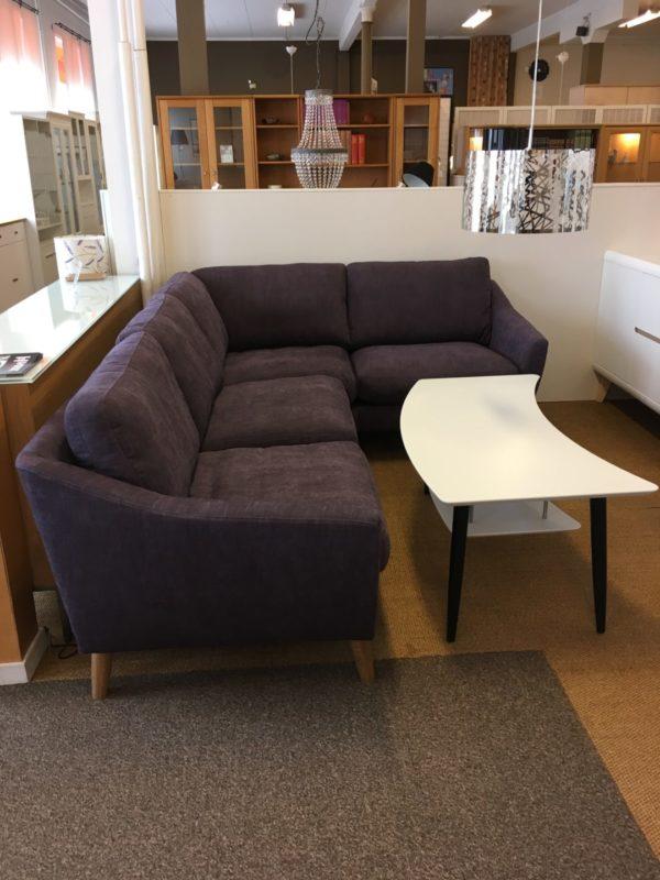 En byggbar soffa från Ermatiko vid namn Elise. Bygg så att den passar ditt vardagsrum. Finns i flera olika färger och går att få med dunsits eller sits i kallskum.