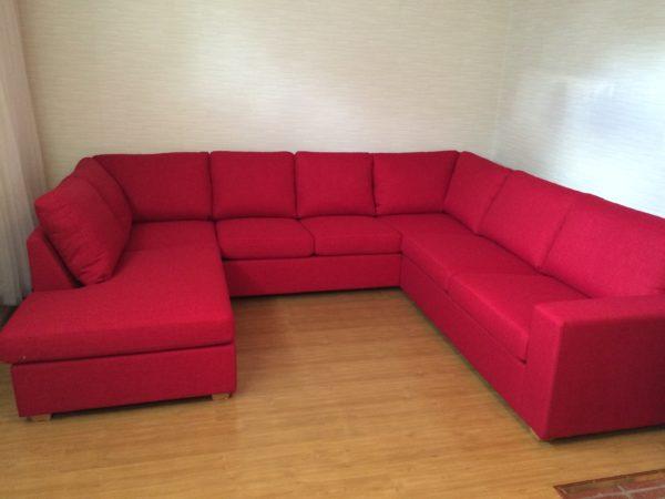 Helene från Ermatiko. En byggbar soffa där du kan bestämma hårdhet på sitsarna och välja mellan flera olika delar.