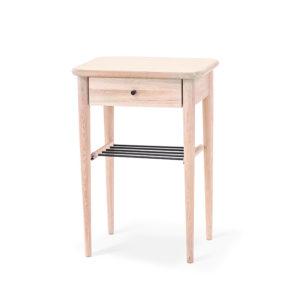 Fint sängbord eller nattduksbord i vitoljad ek. Detta sängbord har både hylla och låda.