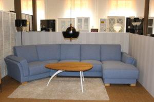 En blå soffa som är bekväm. Soffan är en divansoffa och är just nu på rea.