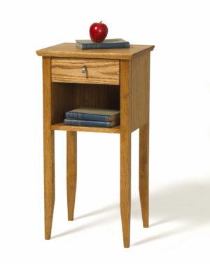 Sängbord eller nattduksbordet Ekliden från Torkelsons. Sängbordet har hylla och låda.