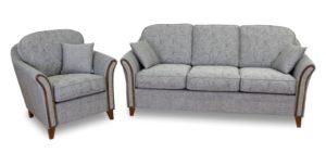 Fin soffa som är svensktillverkad. Soffan är från Tela möbel och heter Elvira. Grå soffa med trächatos. 3 sits soffa med 2 fåtöljer på rea.