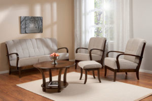 Vi säljer just nu ut en liknande soffa med trä armstöd och blommig sits. Den soffan är nu på rea. 3 sits soffa och fåtölj.