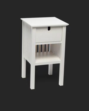 Sängbordet eller nattduksbordet fjällbacka från Mavis. Detta fina sängbord har ribbor i bakkant / som rygg. Sängbordet finns i vitlack och svartlack. Kombinera gärna med huvudgaveln med samma namn.