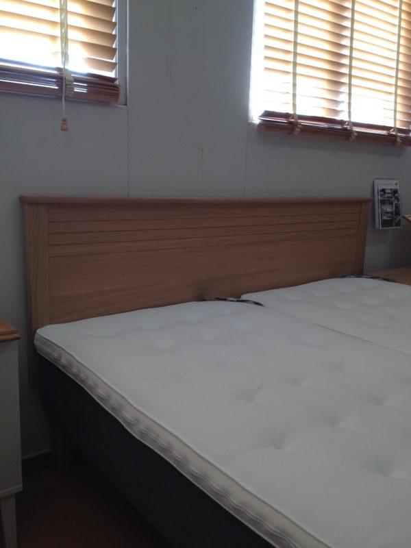 Sigtuna en huvudgavel / sänggavel från Mavis. Denna gavel finns i storlekarna 90 cm, 105 cm och 180 cm. Välj mellan vit, ek och vit med ektopp.