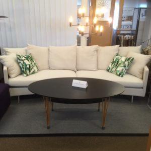 Gabriella från Troels är en soffa med dun i sits och rygg. Finns i flera olika storlekar välj även mellan rak eller sväng soffa.