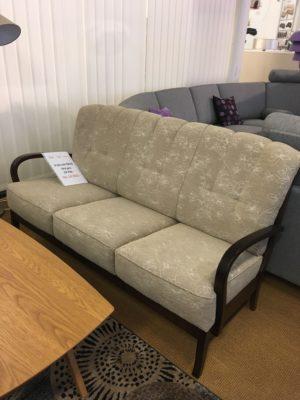 Ett bra erbjudande har vi nu på denna soffa. Bra rabatt på både 3 sits och fåtölj med armstöd i trä.