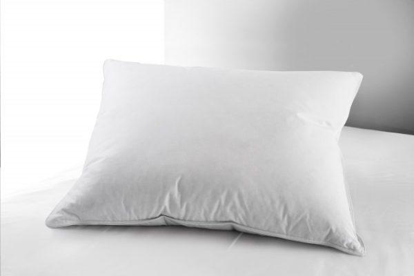 En kudde av dun från Värnamo sängkläder. Kudden heter lilja.