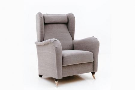 Fin fåtölj i howard stil. Fåtöljen går även att få som soffa, välj då mellan rak eller svängd soffa.