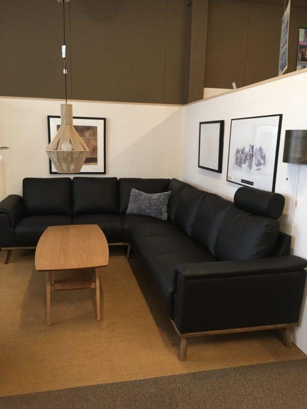 Byggbara soffan Ekeby från Hjort knudsen. Sitsen är i pocket. Går att få med eller utan dekorationslist i trä.