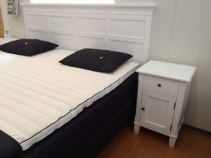 Fina möbler för sovrummet. Ett sängbord eller nattduksbord samt en huvudgavel i vitlack. Allt ur serien Vallmo.