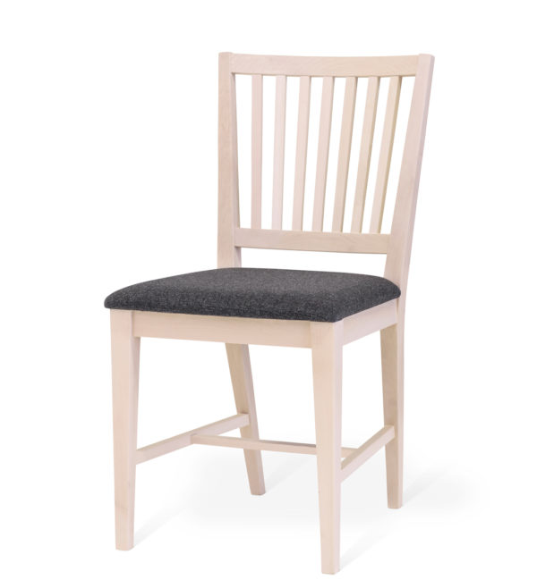 En fin stol i vitpigmenterad björk. Stolen hör till en matgrupp där även ett bord ingår.