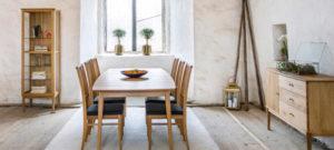 En matgrupp från Torkelsons. Välj mellan runt eller rektangulärt bord. Bordet oh stolarna är i oljad ek.