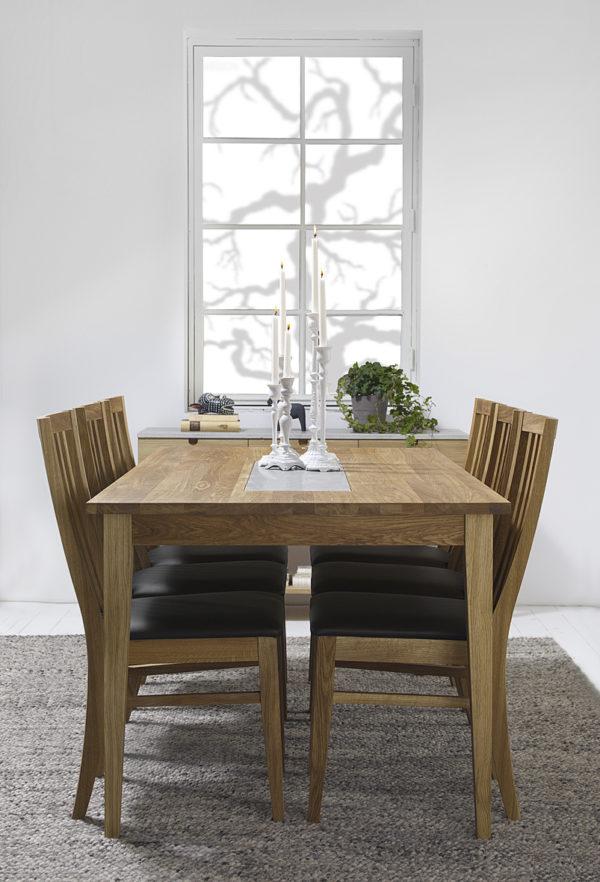Ett matbord och stolar i ek från Torkelson.