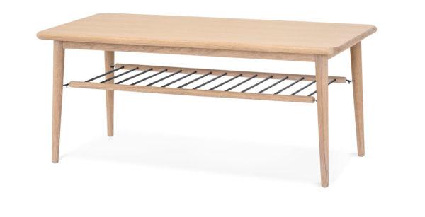 Ett bord i vitoljad ek med hylla av pinnar. Just nu har vi rea på ett demo ex av detta bord. Bra rabatt.