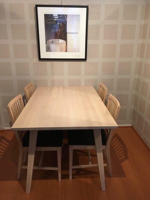 En fin matgrupp som består av matbord och stolar. Matgruppen finns i vitpigmenterad björk.