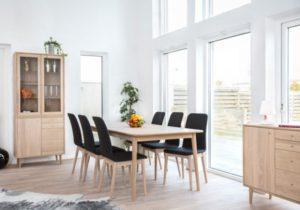 En fin serie med möbler till båe vardagsrum och kök. Matgrupper, byråer, vitrinskåp och buffér.