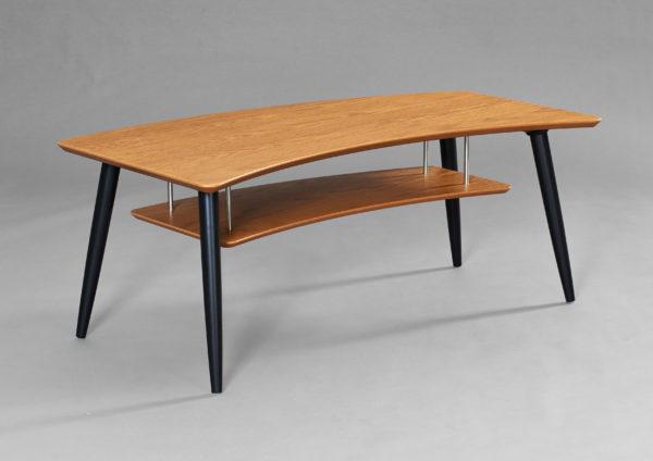 Ett soffbord med hylla som passar perfekt i vardagsrummet
