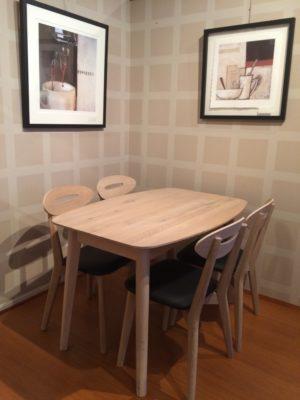 Ett fint matbord och fina stolar. Stolarna finns med sits i skinn och tyg. Bordet finns i flera olika storlekar både med och utan iläggsskiva.