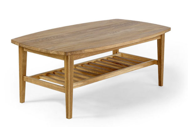 Ett fint soffbord med bra förvaring i form av en hylla. Soffbordet är i oljad ek och finns i mått 134x76 cm.
