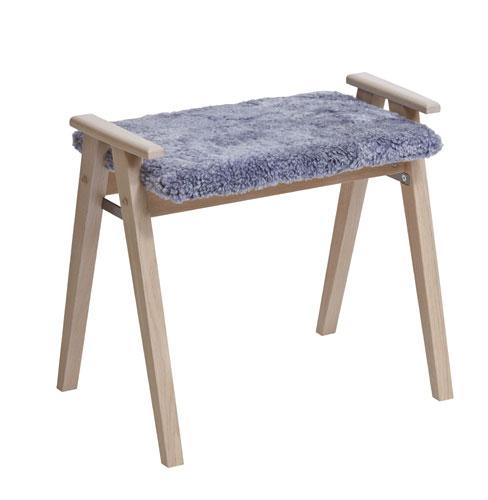 En sittpall från oscarsons möbel. Pallen heter Alme och finns med dyna i fårskinn och konstläder.