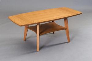 Ett soffbord med klaff från Bordbirger. Bordet heter Birdie och finns i följande färger: björk, ek, svartbetsad ek, vitlackad ek, valnöt och vitpigmenterad ek.