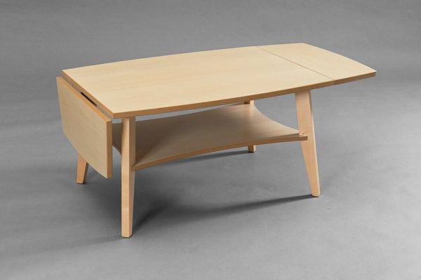 Ett soffbord med klaff från Bordbirger. Bordet heter Birdie och finns i följande färger: ek, svartbetsad ek, valnöt och vitpigmenterad ek. Detta soffbord är svensktillverkat.
