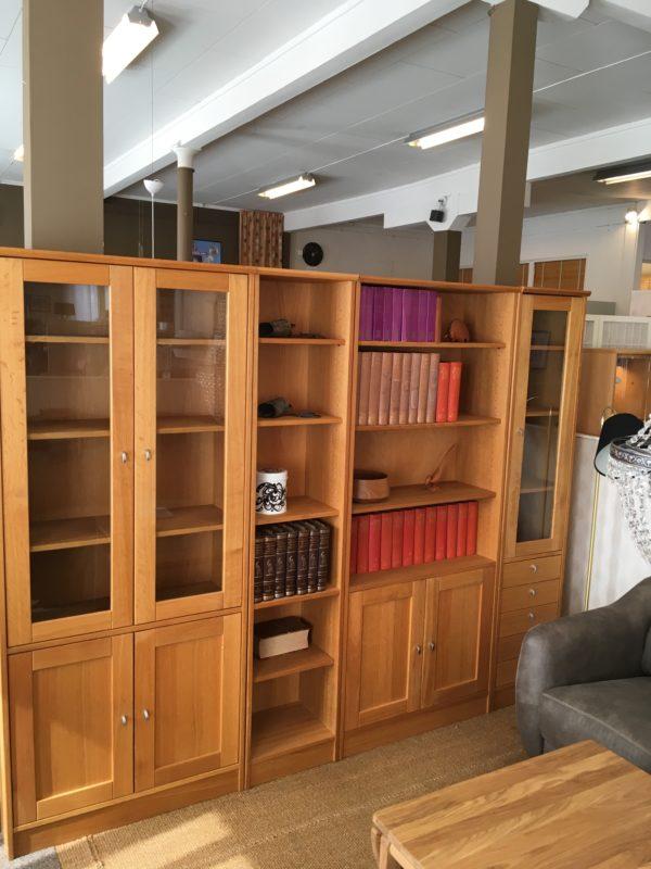 En bokhylla i ek som du just nu får rabatt på. Detta då den är på rea.