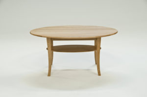 Ett soffbord tillverkat i sverige. Detta soffbord finns i flera olika färger och mått. Soffbordet har hylla.