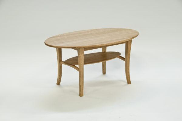 Ett soffbord med hylla. Detta bord är svensktillverkat. Bordet finns i flera storlekar och färger.