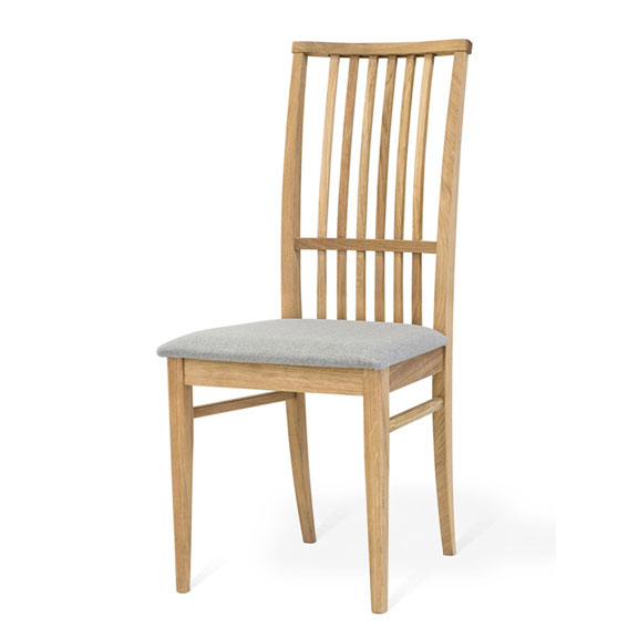 Ett stol som hör till en matgrupp från Torkelsons. Både bord och stol är i oljad ek.