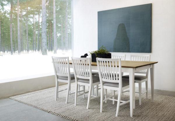 En matgrupp med matbord och stolar. Bordet kan fås med skiva i oljad ek eller vit.