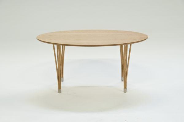 Detta fina svensktillverkade bor från Signera går att få som runt, fyrkantigt och ovalt soffbord. Välj om du vill ha ben och skiva i samma färg eller olika.