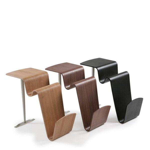 Ett fåtöljbord med en tidningshylla.