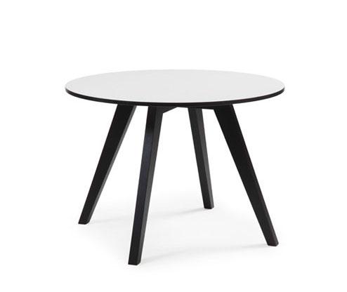 Detta fina soffbord vid namn gaga från conform är ett runt soffbord. Bordet har svarta ben och vit skiva.