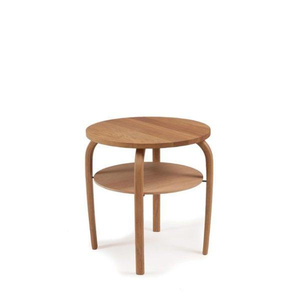 Ett runt fint fåtöljbord som finns i svartbetsad ek och oljad ek. Bordet har en hylla.