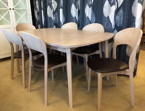Matgruppen Rainbow från Hans K. Finns som matbord, stol och karmstol.