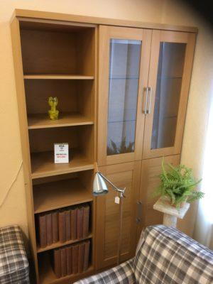 En fin bokhylla med vitrindel. Denna hylla är det rabatt på då den är på rea.