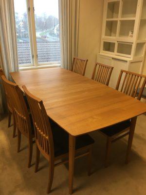 Bra erbjudande på denna dem ex matgrupp. Matgruppen heter Ekhaga och är i oljad ek. Till gruppen hör matbord och stolar, med sits i grått tyg.