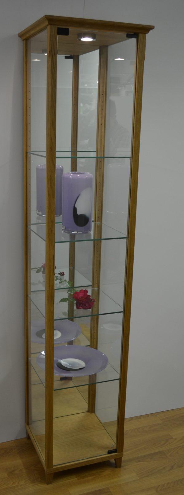 Ett fint glasvitrin med hyllor i glas. Detta vitrinskåp går att få med rygg i trä eller spegelglas.