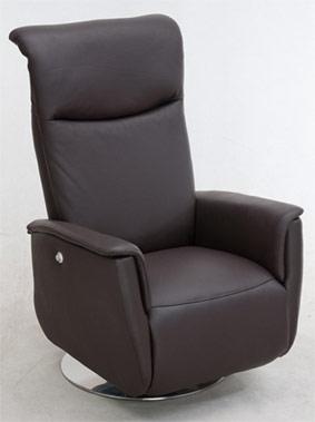 En reclinerfåtölj med inbyggd fotpall. Justera ryggstödet som du vill. Välj mellan tyg och skinn.
