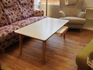 Ett fint soffbord med en låda. Detta bord har en bra förvaringsmöjlighet i denna låda.