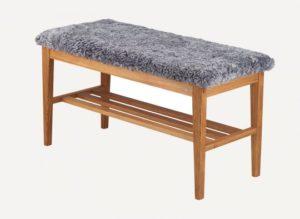 En fin bänk till din hall. Denna bänk finns med sits i fårskinn och konstläder.