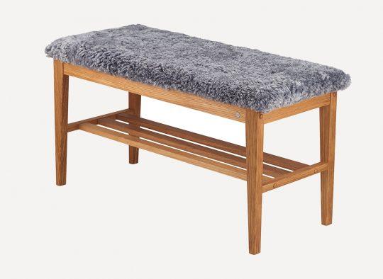 En fin bänk till din hall. Denna bänk finns med sits i fårskinn och fårskinnslook.