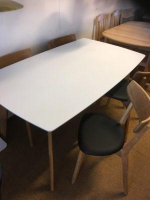 Matbord och stolar en matgrupp i högtryckslaminat
