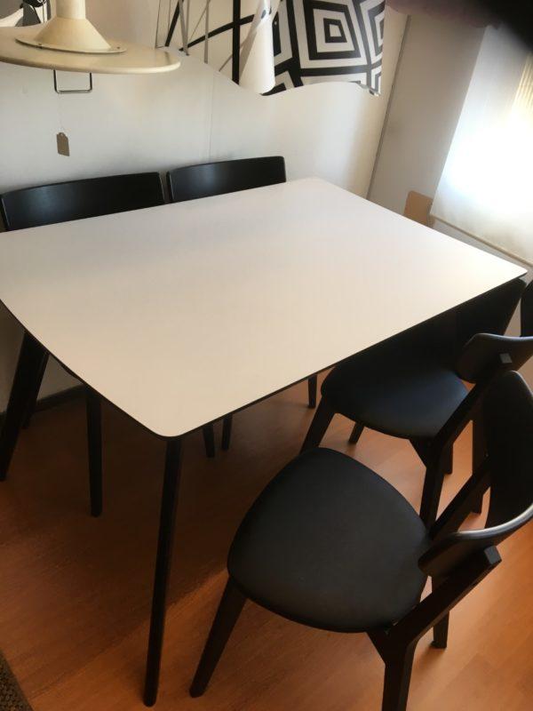 En matgrupp från Rowico, bord och stolar.