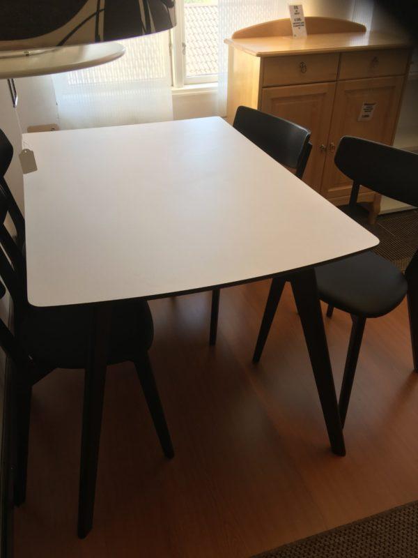 Matbord och stolar en matgrupp från Rowico.